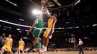 Kobe lanza ante Paul Pierce en las finales de 2010