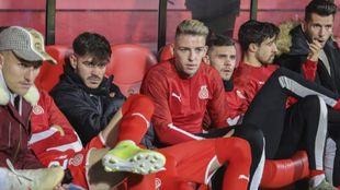 El rubio Brandon Thomas en el banquillo del Girona durante un partido