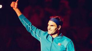 Federer saluda a la gente