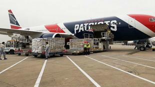El avión de los Patriots, cargando el material en China.