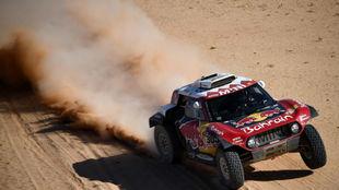 Carlos Sainz, sobre su Mini en el Dakar.