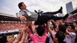 Cannavaro, manteado por sus jugadores tras ganar la Liga china.