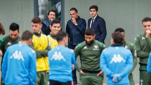 Haro, Catalán y Alexis, viendo un entrenamiento