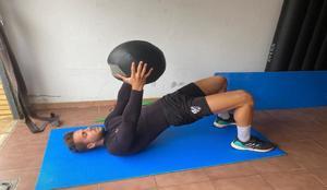 Álvaro Fernández, haciendo ejercicios en su domicilio particular