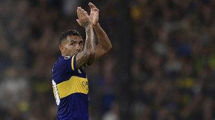 Carlos Tévez saluda en un partido con Boca Juniors.