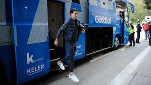 Oyarzabal baja del autocar del equipo, el día del último partido en...
