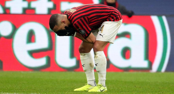 Ismael Bennacer, del Milan, se lamenta durante una acción de un...