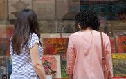 Dos jóvenes observan el escaparate de una tienda de discos.