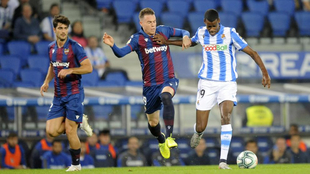 El lateral del Levante, Clerc, pugna por un balón con Isak de la Real...
