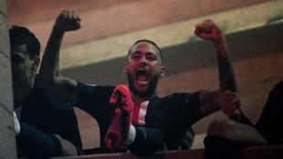 Neymar Junior celebra un gol del PSG desde la grada.