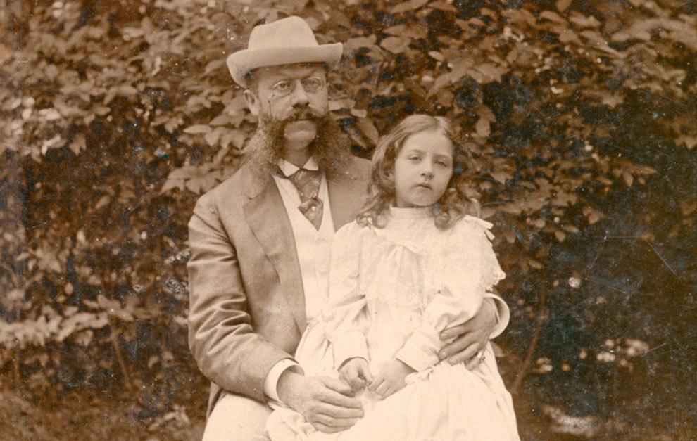 Emil Jellinek, junto a su hija, en una imagen de 1895.