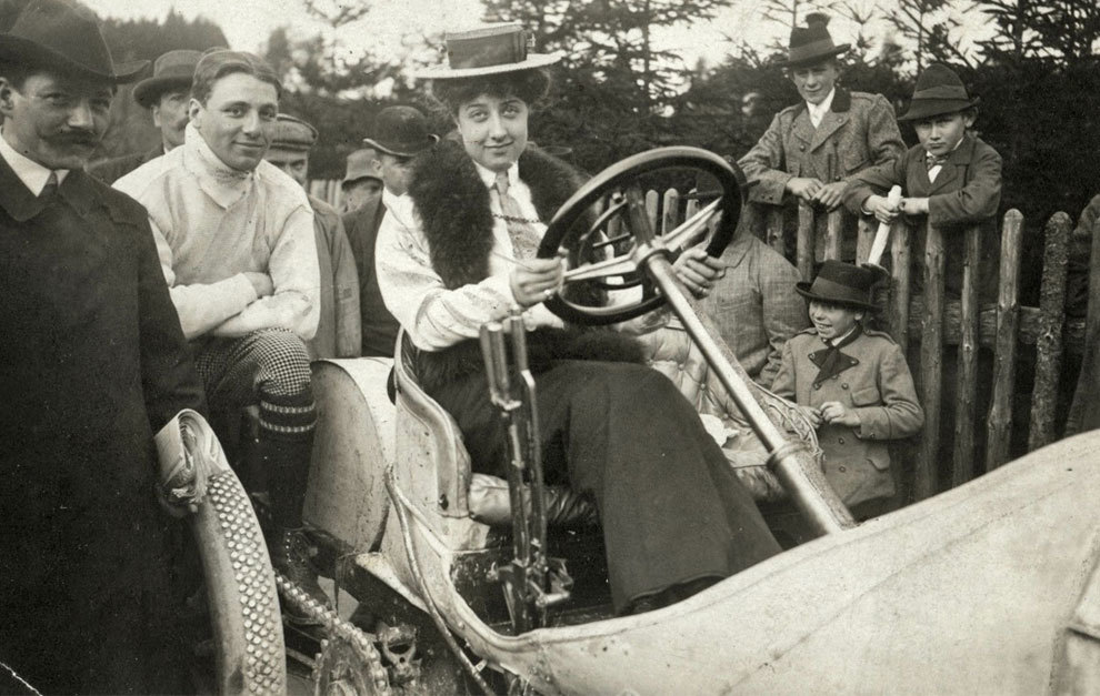 Mercedes Jellinek, en un modelo de competición antes de una carrera de 1906.