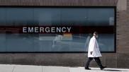 Un médico junto a las sala de urgencias del Hospital Mount Sinai de...