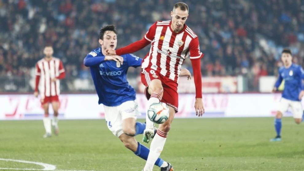 Petrovic lucha el balón con Borja en el Almería-Oviedo
