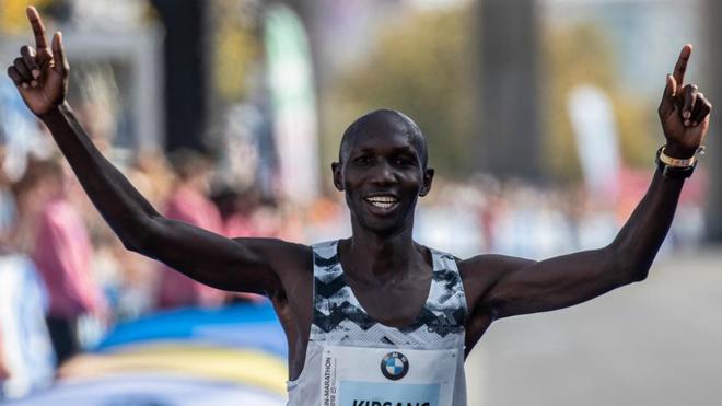 Wilson Kipsang celebra su tercer puesto en el Maratón de Berlín de...