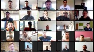 Los jugadores del Racing escuchando la charla virtual del míster