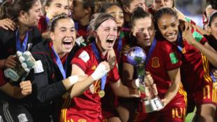 Las jugadoras de la selección española celebran la conquista del...