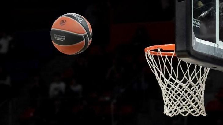 Un balón vuela hacia el aro en un partido de la Euroliga.