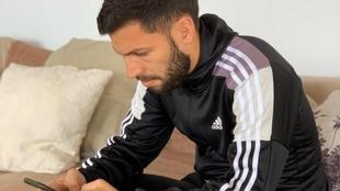 Dani Pacheco, con el móvil sentado en el sofá de su casa