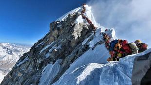 Una cola de montañeros aguarda para hollar el Everest el 22 de mayo...
