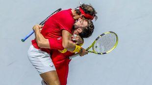 Nadal y  Granolles se abrazan tras ganar uno de sus partidos en Copa...