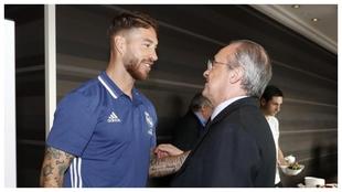Ramos y Florentino, durante una concentración