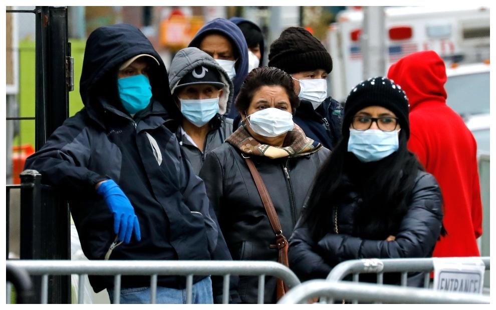 Neoyorkinos con mascarillas para luchar contra el coronavirus.
