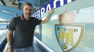 Jon Pérez Bolo posa para MARCA delante del escudo de la Ponferradina