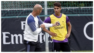 Zidane charla con Achraf durante un entrenamiento del Madrid.