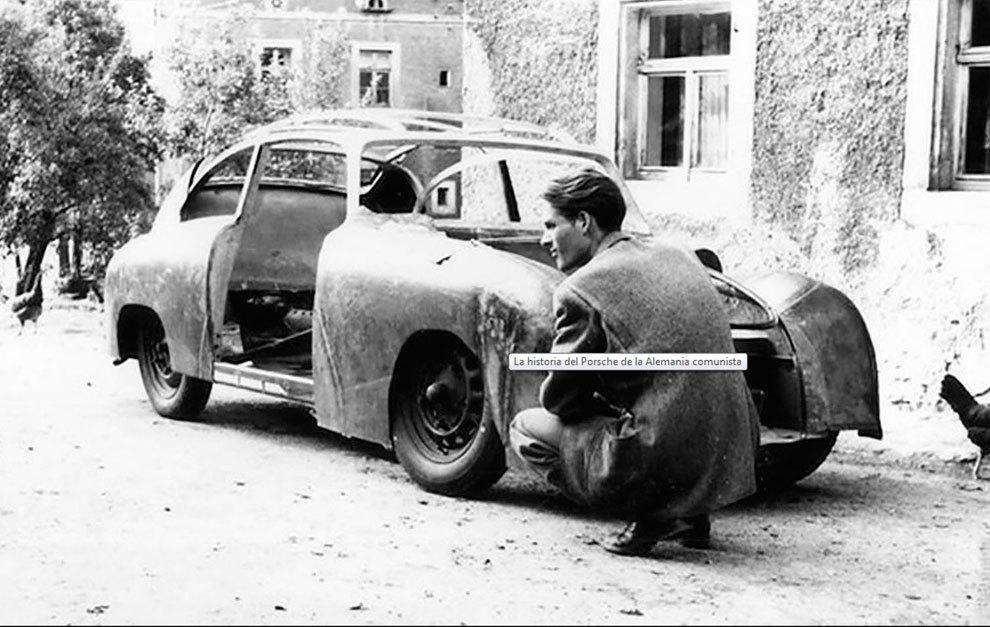 Uno de los hermanos Reimann, frente al primer coche aún sin terminar.