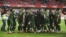Los jugadores del Athletic celebran en Granada el pase a la final de...