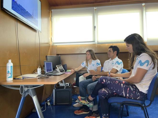 Silvia Mas y Patricia Cantero, junto a su entrenador, revisando...