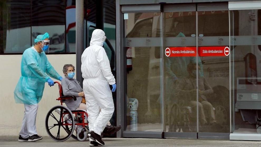 Una paciente ingresa en el Hospital La Fe de Valencia.