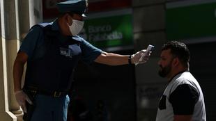 Policía checa la temperatura de un ciudadano chileno.