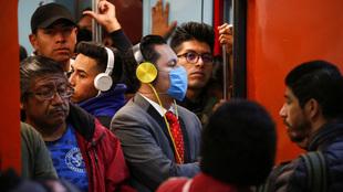 Personas en el metro de la CDMX.