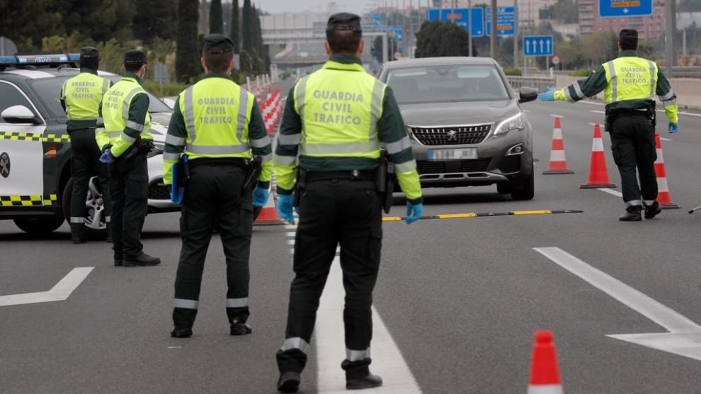 Miembros de la Guardia Civil realizan un control a la salida de...