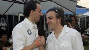 Alonso estrecha la mano de Kubica.