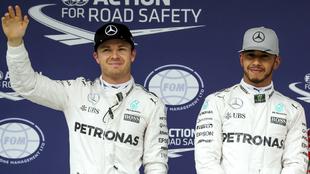 Rosberg saluda delante de Hamilton.