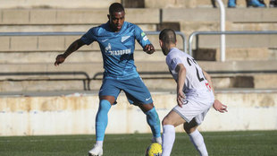 Malcom encara a un rival en un partido del Zenit.