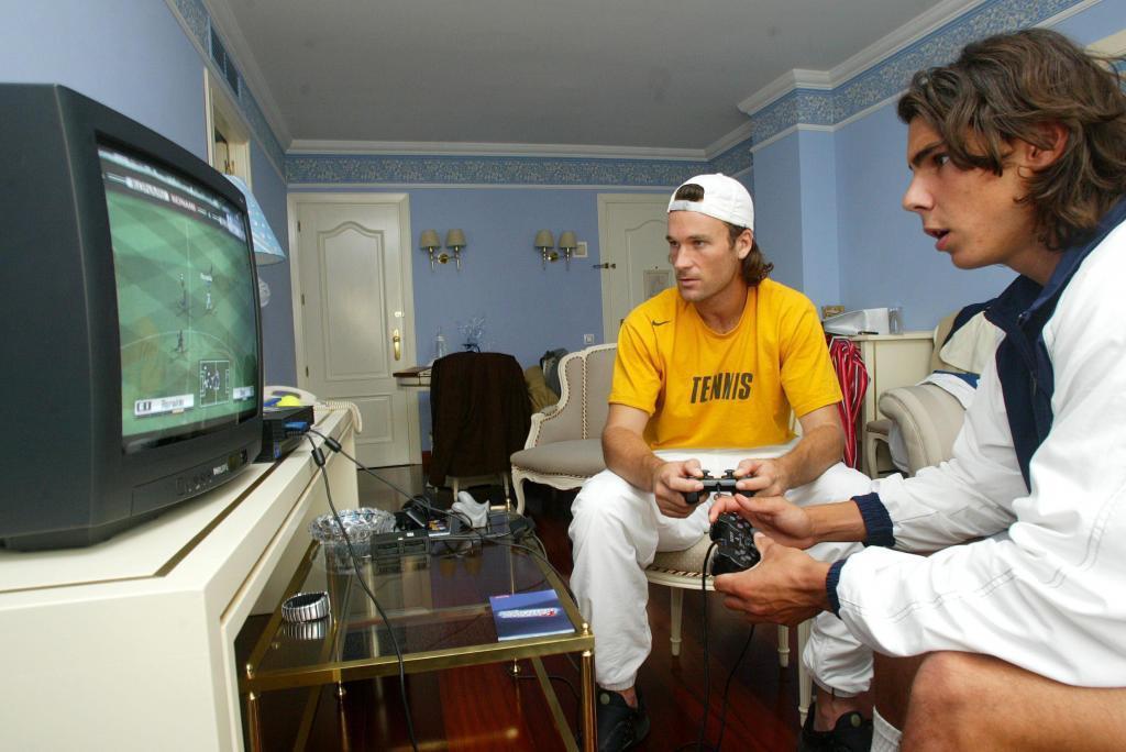 Carlos Moyà y Rafa Nadal, jugando a la consola durante una Copa...