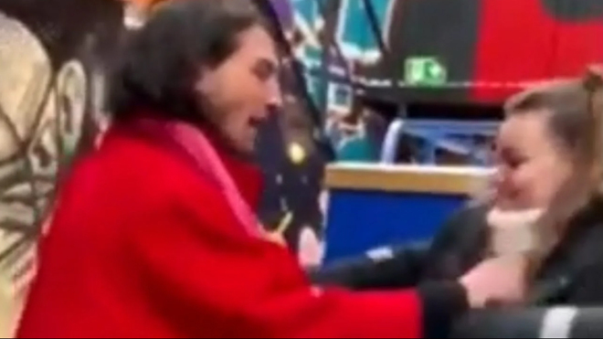 La reacción viral de Ezra Miller, ¿ataca a una fan o es un video ...
