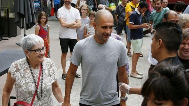 Pep Guardiola y su madre, Dolors Sala Carrió.