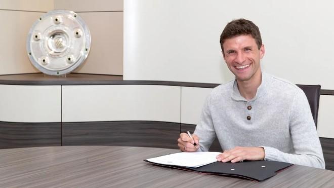 Müller firmando su renovación con el Bayern