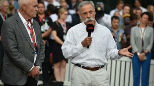 Chase Carey, explicando la cancelación del Gran Premio de Australia.