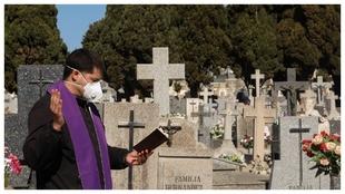 Entierro en Salamanca con el sacerdote con mascarilla a causa del...