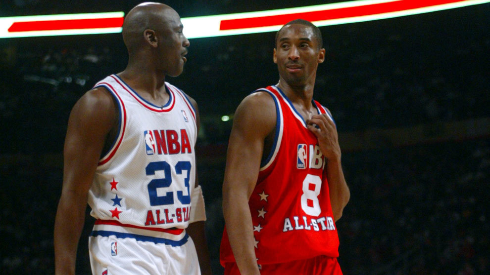 Michael Jordan charla con Kobe Bryant en un All Star