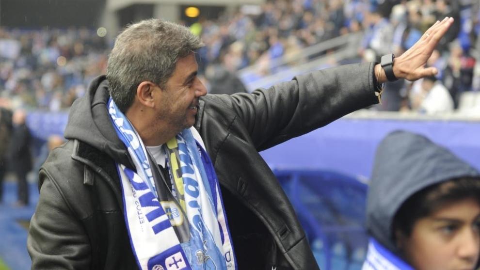 Arturo Elías saludano a los aficionados antes de un partido en el...