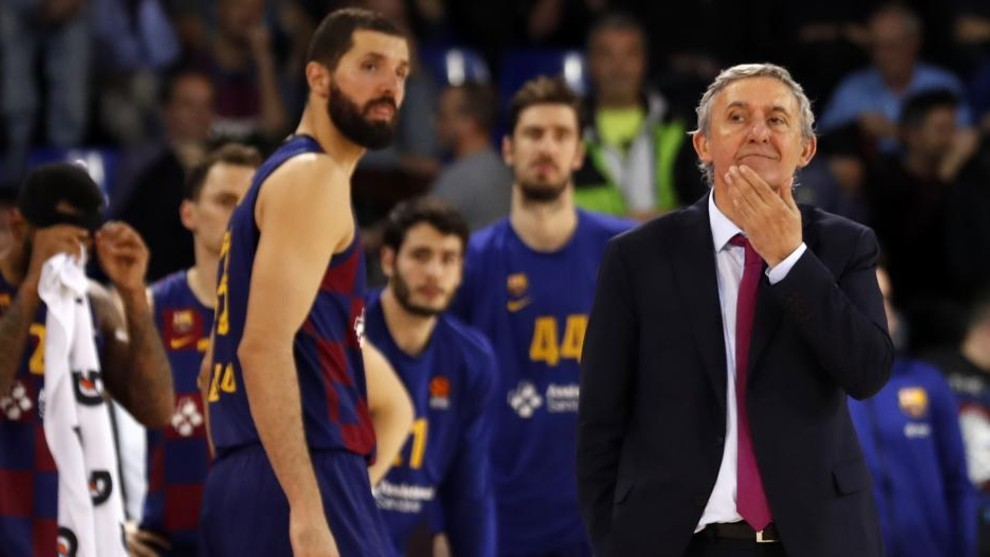 Svetislav Pesic, entrenador del Barcelona, y de fondo Mirotic y Tomic.