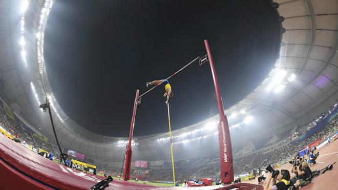 Salto de Armand Duplantis durante la final de pértiga del Mundial de...