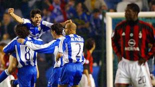 Los futbolistas del Depor celebran el pase a semifinales en 2004.